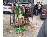 今年zui惨新郎是他:关进铁笼、全身被淋绿油、脱剩条底裤…